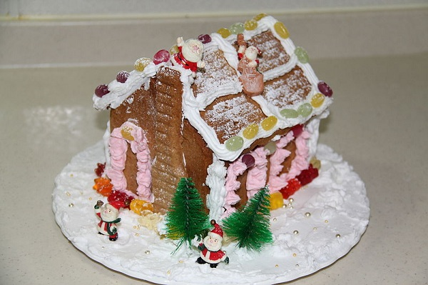 800px-Making_Gingerbread_House_3